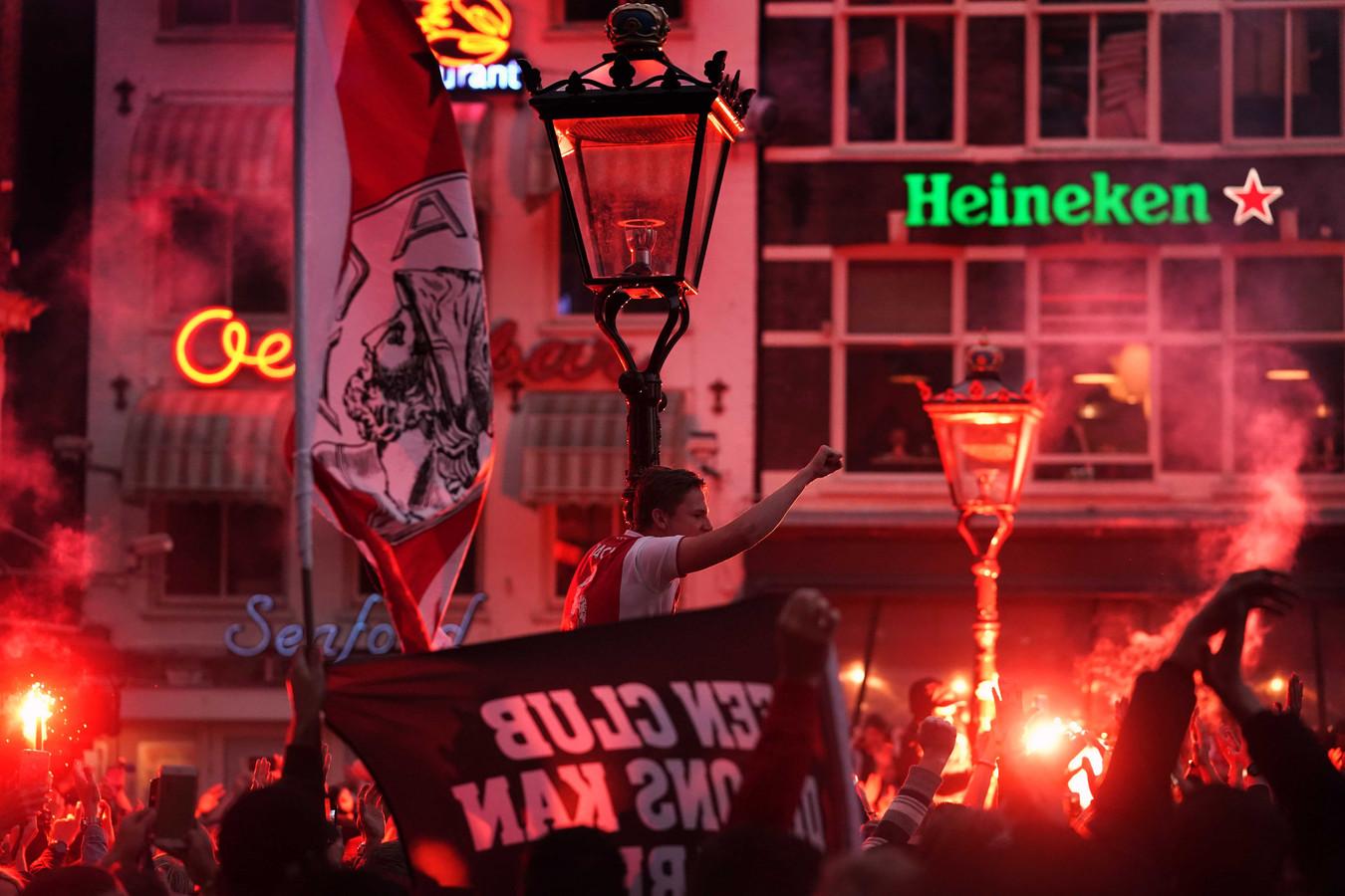 Fans van Ajax vieren feest na het behalen van de 34e landstitel.