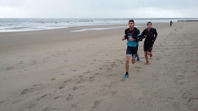 Erwin Adan (links) en Tim van den Broeke lopen op kop.