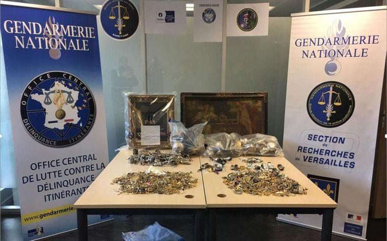 De Franse Gendarmerie toont een deel van de gestolen juwelen.