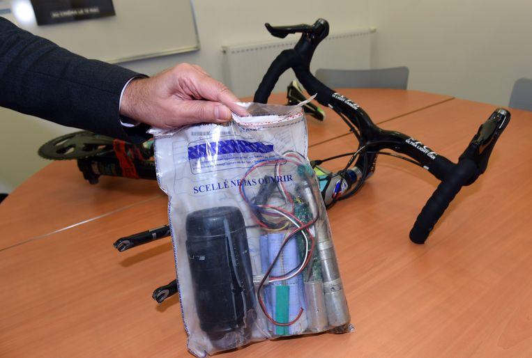 Een plastic tas met daarin een elektrische motor van een 'doping fiets '.  Beeld MEHDI FEDOUACH/AFP