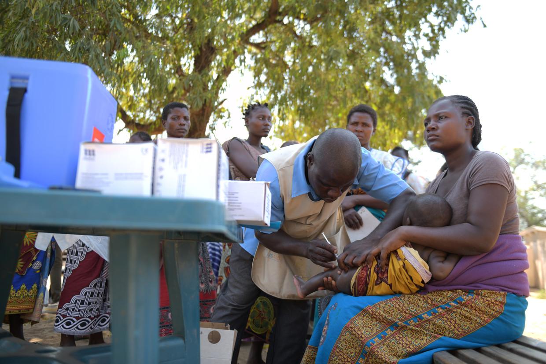 Gezondheidswerker Aron Kaleso geeft een kind een inenting tegen malaria in de Bereu-kliniek in Chikwawa, Zuid-Malawi. Beeld Thoko Chikondi