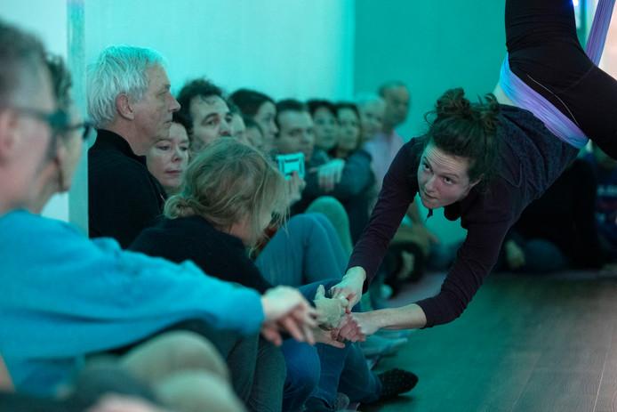 De dansvoorstelling Hide en Sneak bij Piek Studio, tijdens Gluren bij de Buren in Zutphen.