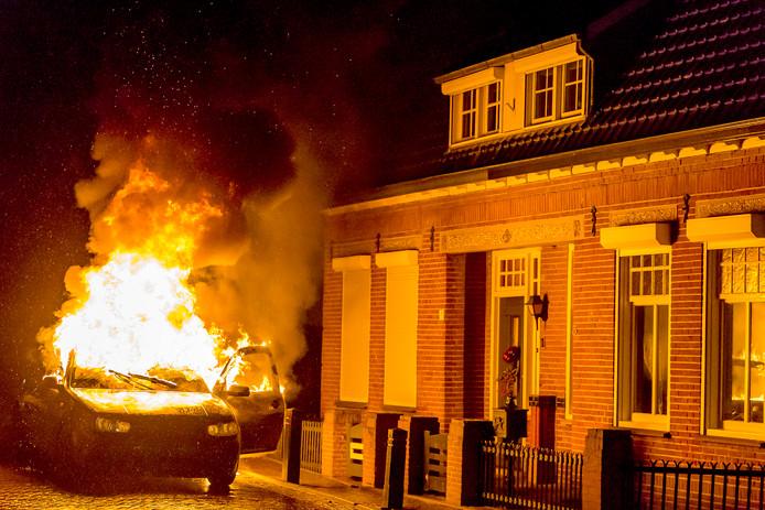 Zoveelste autobrand in Veen. Foto Marcel van Dorst / MaRicMedia