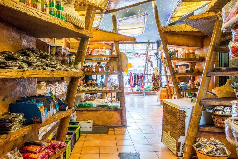 In de kleurrijke winkel worden naast levensmiddelen ook verzorgingsproducten en kleding verkocht. Beeld Jesper Boot