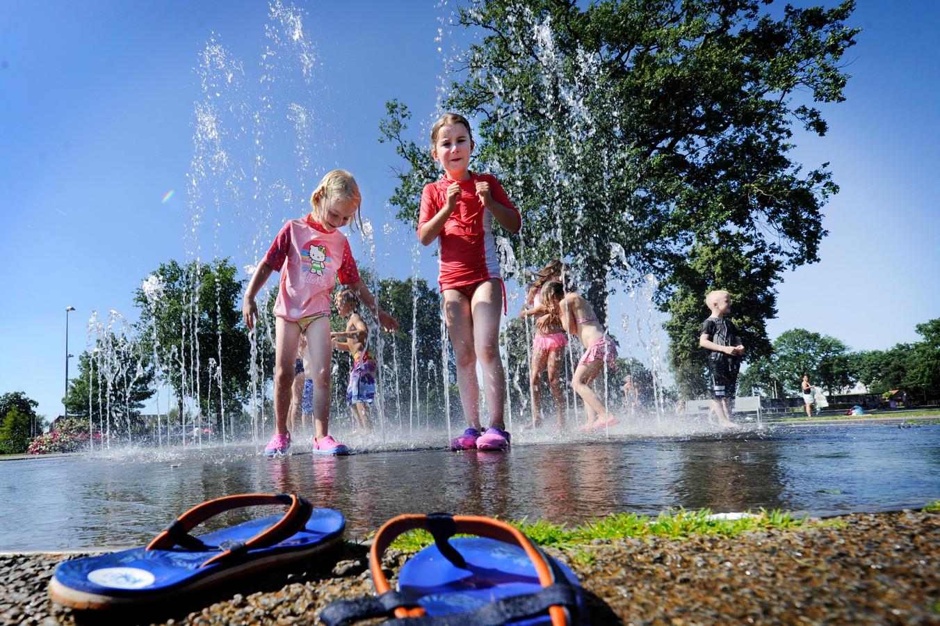 Meiden zoeken verkoeling in het Volkspark in Enschede