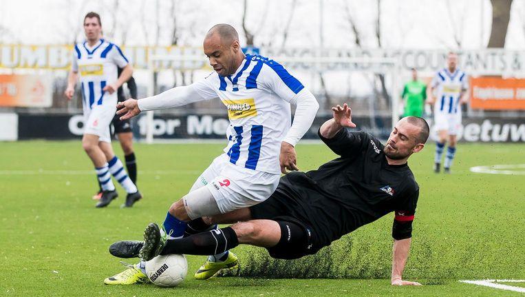 ASV-De Dijk speler Robert Verschraagen in een duel met FC Lienden-speler Jermo Wilsterman tijdens een eerdere wedstrijd. Beeld Pro Shots / Joep Leenen