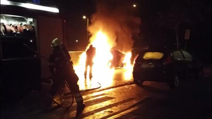 Een brandende personenauto aan de Lavendellaan in Eindhoven wordt door de brandweer geblust