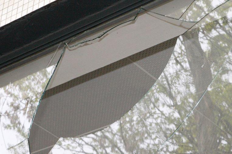 Vandalen sloegen een raam van het buitenverblijf stuk
