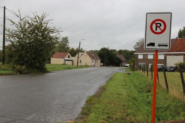 Met een bord is aangeduid dat vrachtwagens en bussen niet meer welkom zijn in de Oude Steenweg.