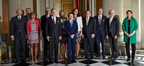 Jack Ma en koning Filip poseren met Belgische topmanagers die uitgenodigd werden op het paleis in Laken.
