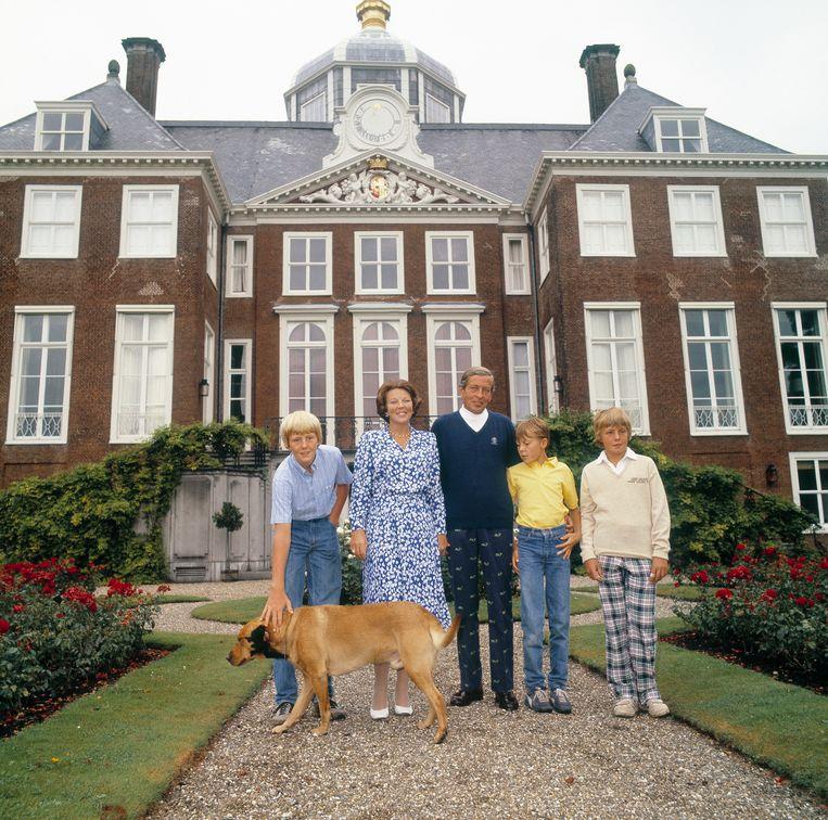 Fotosessie in 1982 op paleis Huis Ten Bosch met (vlnr) prins Willem-Alexander, koningin Beatrix, prins Claus, prins Constantijn, prins Friso en hond Kerry. Beeld ANP