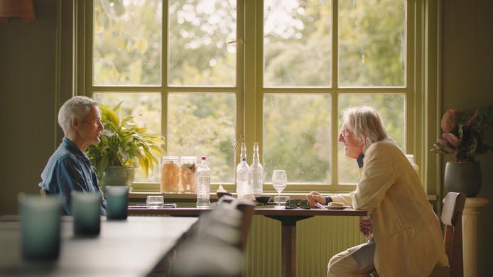 Herman Finkers en Freek de Jonge. Still uit de documentaire Freek van de uit Oldenzaal afkomstige filmmaker Dennis Alink.