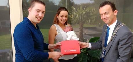 Baby Sam krijgt eerste 'brandweerkoffertje'