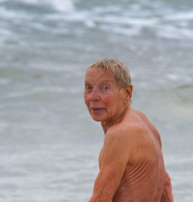 Weer of geen weer, Corrie (82) gaat naakt de zee in