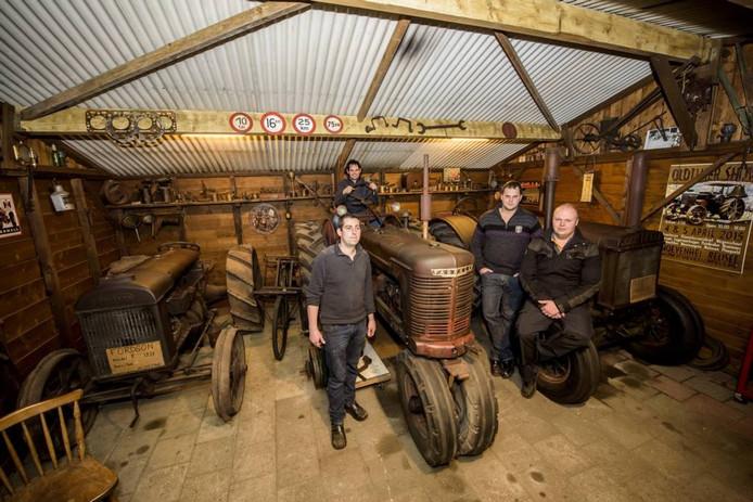 In garages en schuurtjes sleutelen Jack van Herk, Paul de Laat, Roy van Gompel en Benny Dirx (vlnr) van TC De Vetnippels aan hun tractoren. Foto Jean Pierre Reijnen/fotoburo Eindhoven