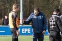 John Stegeman instrueert in 2017 als Heracles-trainer spits Vincent Vermeij tijdens de training.