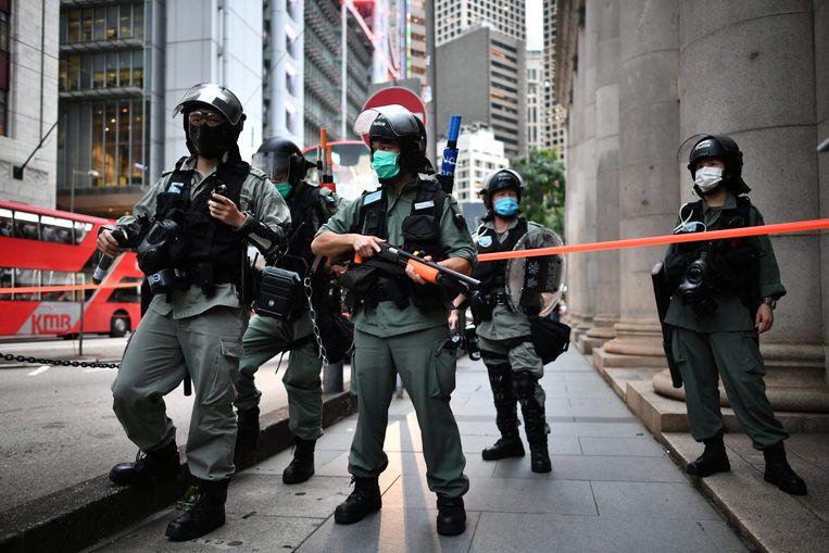Oproerpolitie houdt de wacht in Hongkong tijdens protestacties.