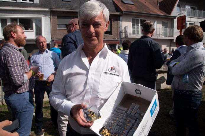 Erwin Verheuge verkoopt metalen miniatuurrennertjes ten voordele van het revalidatiecentrum van het UZ op Heusdenkoers.