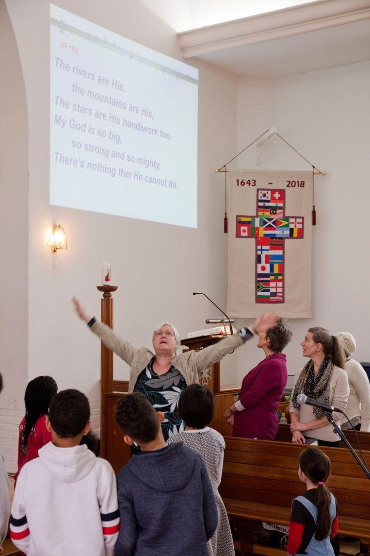 Gezang met kinderen tijdens de dienst in de Schotse kerk Beeld Otto Snoek