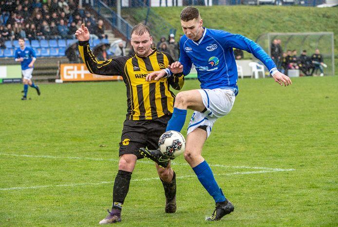 Boyd Heijnemans controleert de bal namens Juliana in de derby met SES vorig seizoen. Beide clubs staan zondag tegenover elkaar in de eerste ronde van de districtsbeker.