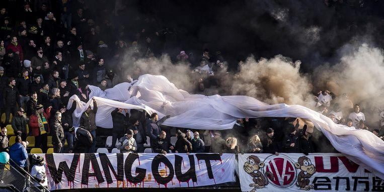ADO supporters protesteren met rookbommen en een spandoek met daarop de tekst: Wang Out. Beeld ANP
