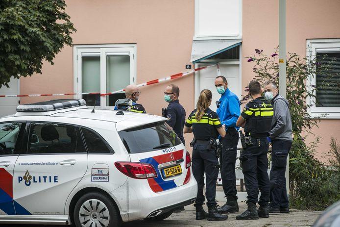 Hulpdiensten bij de woning in Doesburg, woensdag, waar drie gezinsleden onwel werden als gevolg van koolmonoxidevergiftiging.