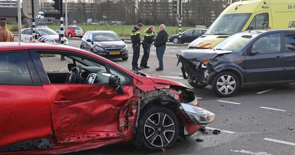 Vrouw gewond bij botsing op Burgemeester Bechtweg in Tilburg.