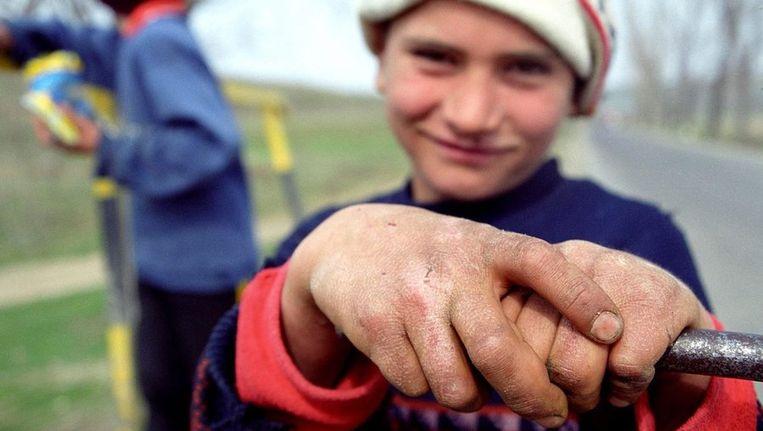 Een Roemeens jongetje. In Roemenië werken naar schatting 40.000 kinderen, van wie 20.000 tussen de 10 en 14 jaar is. © ANP Beeld null