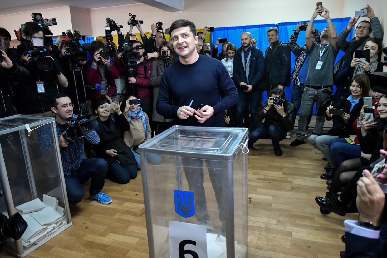 Volodymyr Zelensky brengt zijn stem uit in een stemlokaal in Kiev.