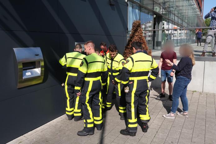 Man verliest pasjes bij pinnen in Breda, mag ze zelf niet onder tegels vandaan halen.