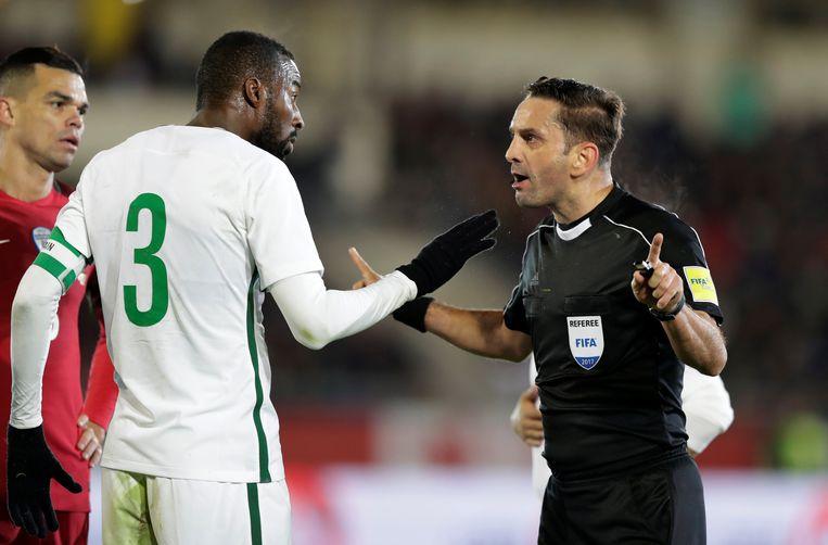 Osama Hawsawi, ex-Anderlecht, in conclaaf met de ref tijdens een wedstrijd tegen Portugal.