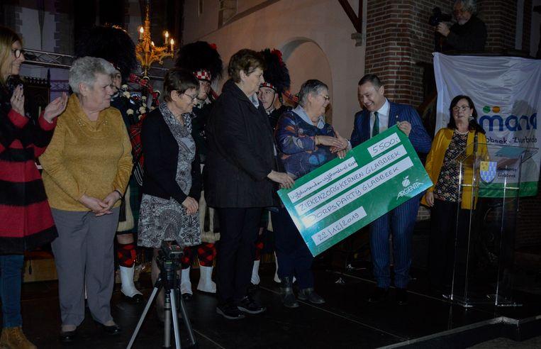 Samana kreeg 5.500 euro overhandigd