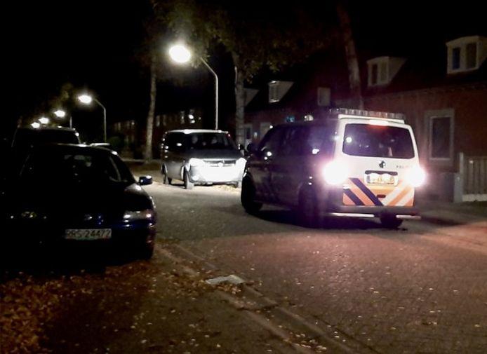 Aan de Berkenlaan in Aadorp is de Forensische opsporingsdienst zaterdagavond bezig met een onderzoek bij een woning.