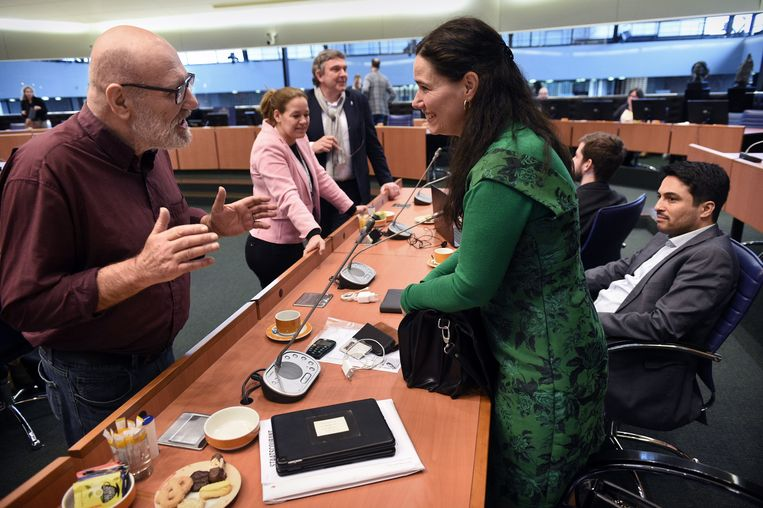Heijmans in gesprek in de statenzaal.  Beeld Marcel van den Bergh / de Volkskrant