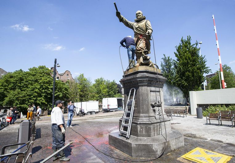 Het standbeeld van Piet Hein in Rotterdam-Delfshaven wordt schoongemaakt nadat het was beklad en besmeurd. Beeld ANP