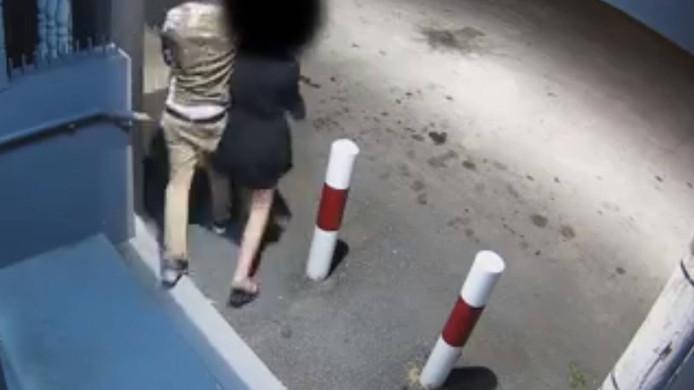 Op bewakingsbeelden is te zien hoe de ontvoerde vrouw mee wordt genomen na de mislukte poging om geld te pinnen.
