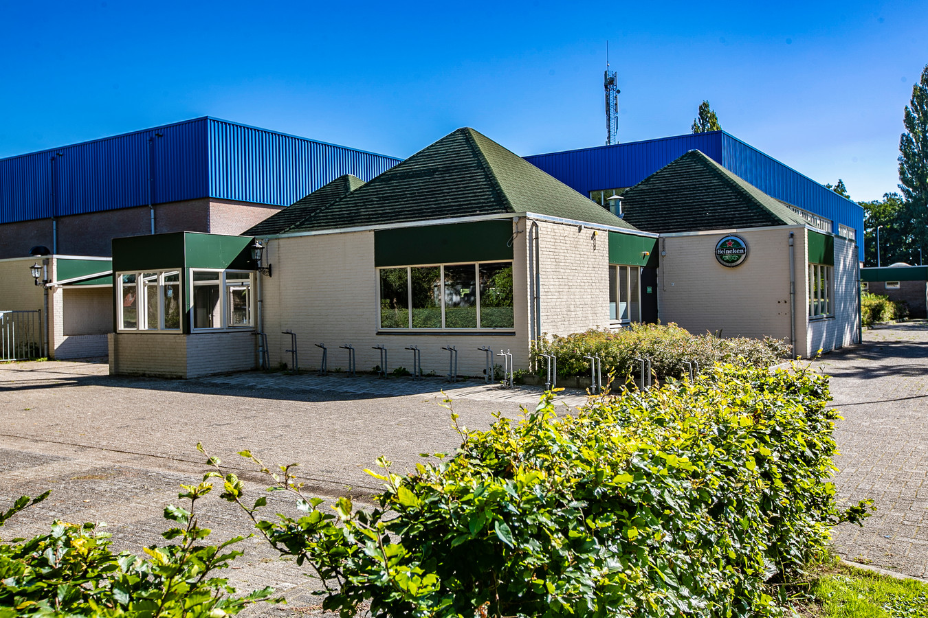Sportcafé De Hooiberg was het enige café in Olst maar is vanwege een geschil over de vergunning al meer dan een jaar dicht.
