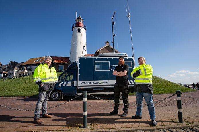 De harde kern van het Urker Coördinatie Platform Vermissing (CPV) voor de nieuwe mobiele post. Van links naar rechts: Wim Koster, Auke van Slooten en Jan Pieter de Boer.