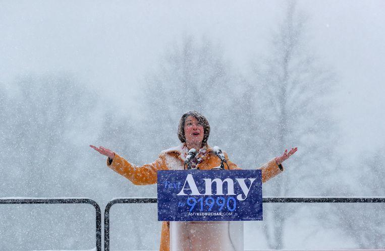 Amy Klobuchar kondigt haar kandidatuur aan in barre weersomstandigheden.