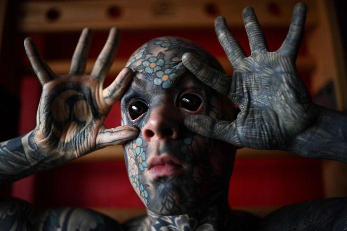 Sylvain Hélaine is volledig bedekt met tattoo's.