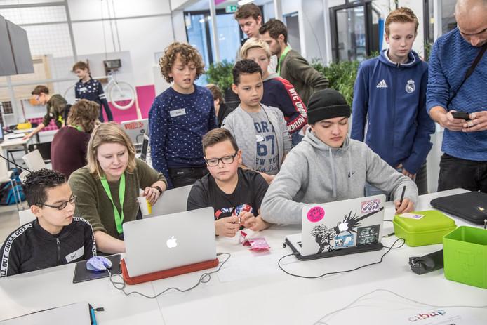 Studenten van Cibap en Windesheim leren middelbare scholieren van Onderwijsroute10-14 hoe ze een game moeten bouwen.
