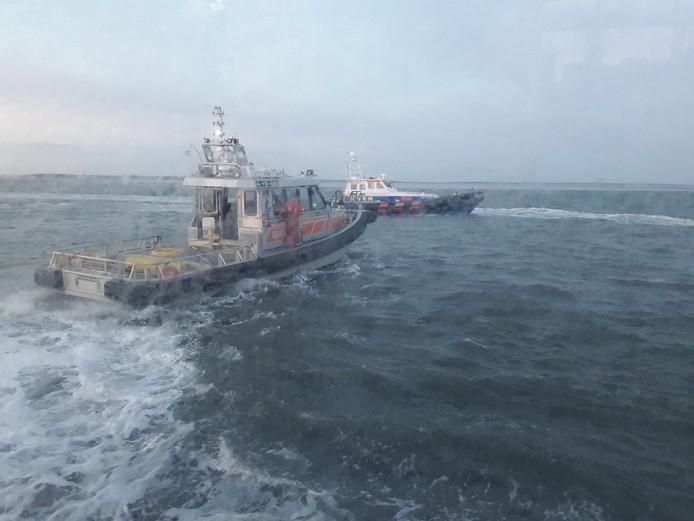 Foto genomen door passagiers aan boord. De KNRM is er ook, maar krijgt de boot nog niet los.