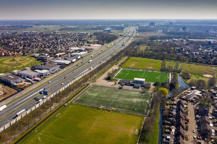 De snelweg A2 met rechts de Bossche wijk Maaspoort en links Empel en De Groote Wielen. Ergens tussen knooppunt Empel (op de foto op de achtergrond) en de brug over de Maas komt een nieuwe afslag.