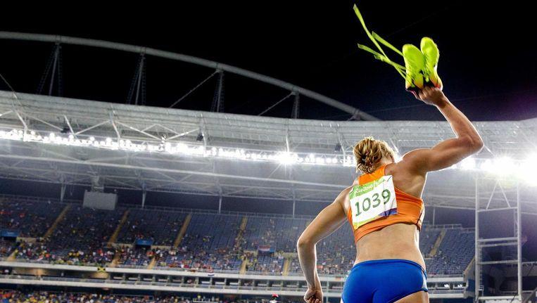 Dafne Schippers smijt haar spikes op de grond na haar tweede plaats op de 200 meter Beeld anp