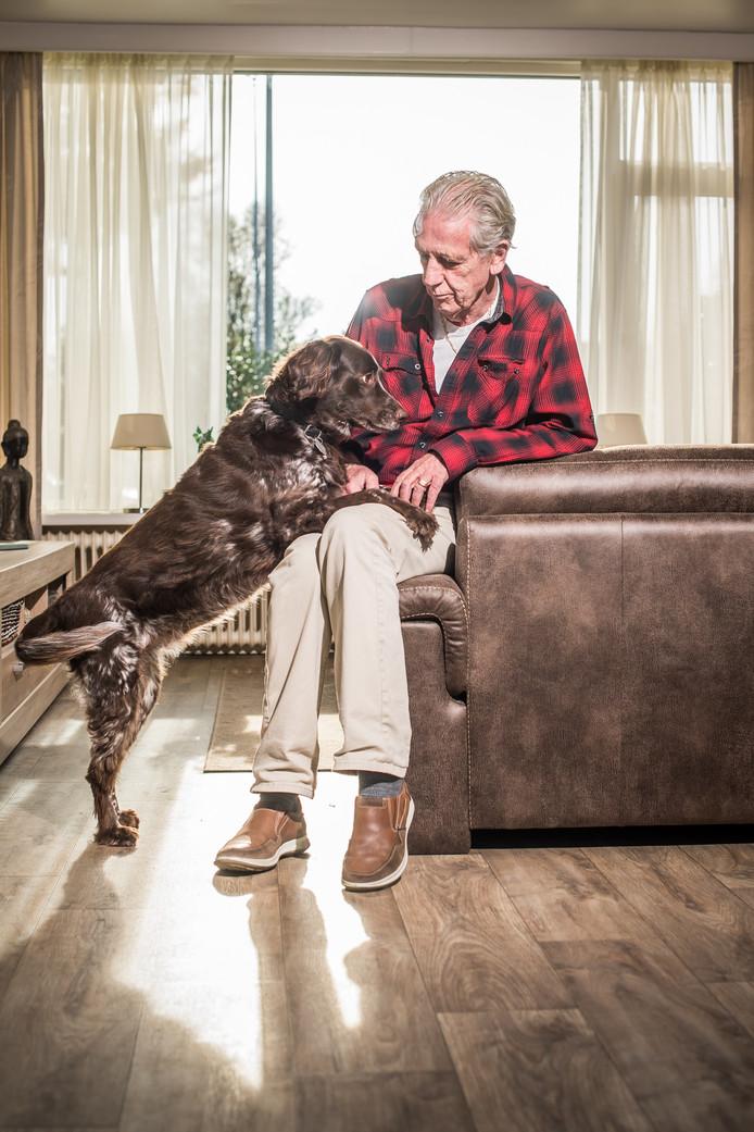 Dick Cornelissen met Hond Sita voor de nieuwe serie op pagina twee.