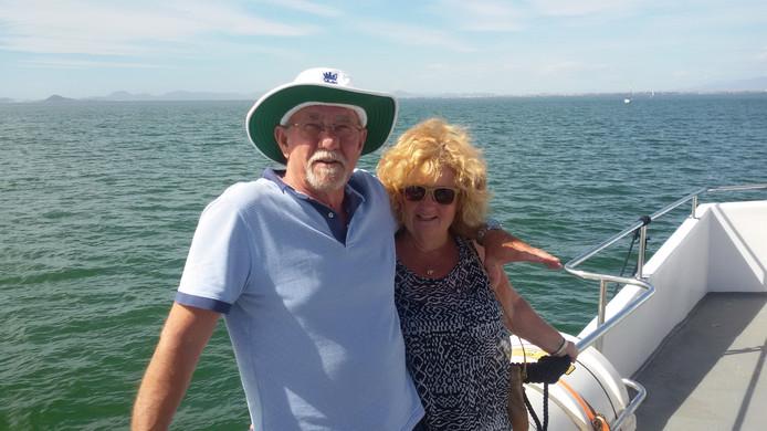Het echtpaar Van Hout twee jaar geleden op een vaartocht over een meer.