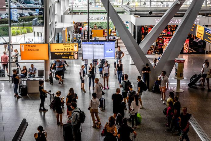 2017-07-10 13:54:04 EINDHOVEN - Reizigers kijken naar de vertrekborden op Eindhoven Airport.