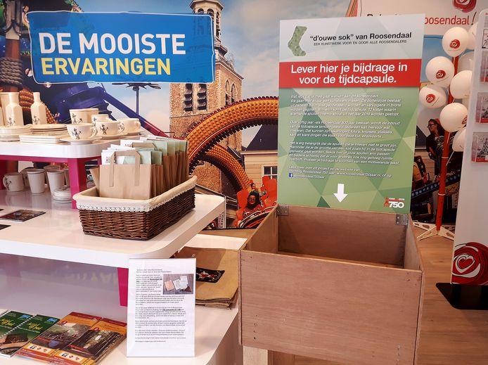 De doos en tassen met wassen driehoeken bij de VVV in Roosendaal.