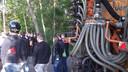 Circa veertig boeren houden een tegenprotest vlakbij de bezette stal in Boxtel.