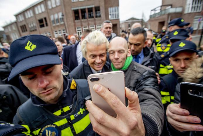 PVV-leider Geert Wilders gaat op de foto tijdens een bezoek aan de markt in Spijkenisse,